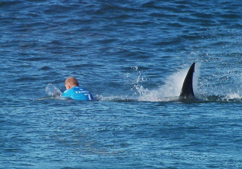 En esta image distribuida por World Surf League, se puede ver al surfista profesional Mick Flanning de Australia, cuando fuea atacado en Sudáfrica por un tiburón durante una competición de surf en el 2015.