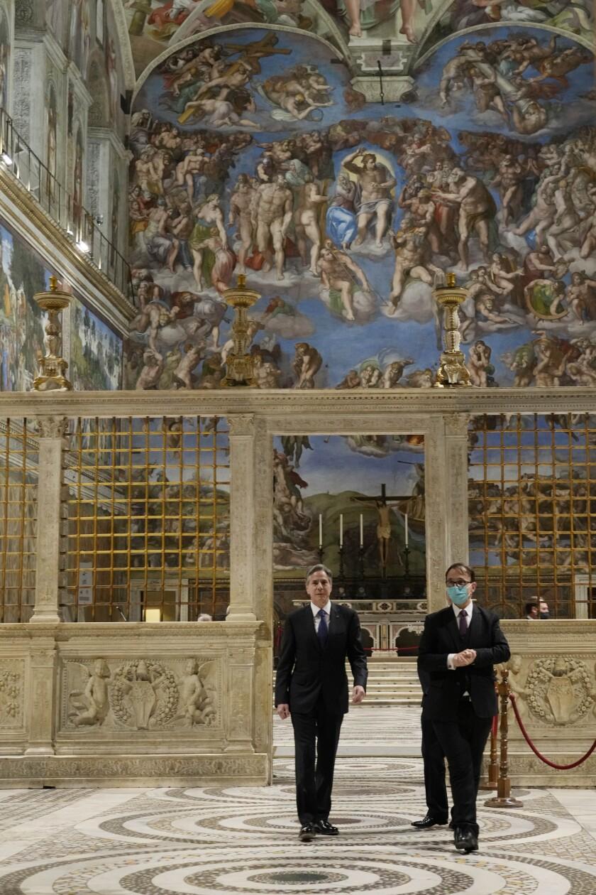 وزیر امور خارجه آنتونی جی  بلینکن ، سمت چپ ، قبل از ملاقات با پاپ ، از کلیسای سیستین بازدید می کند