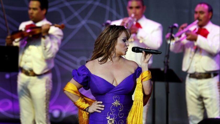 La cantante mexicano estadounidense Jenni Rivera se presenta en Irvine en 2010 como parte de Lilith Fair.