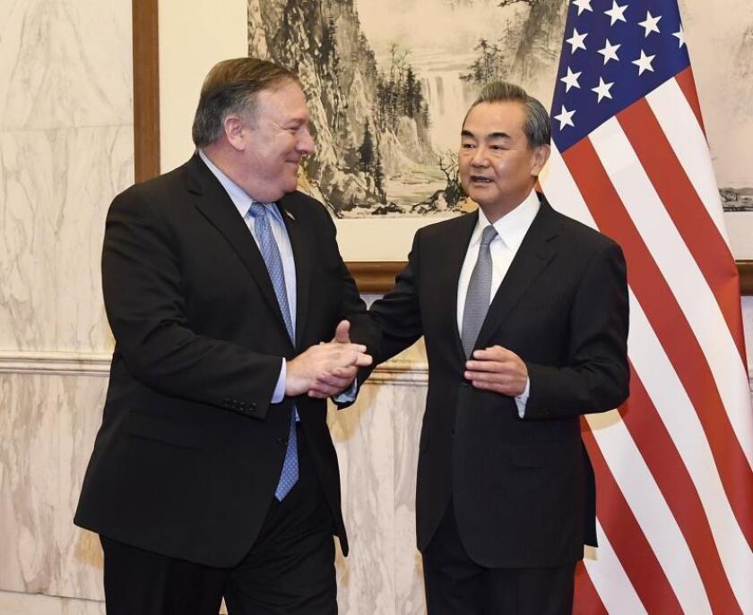 El ministro de Exteriores chino, Wang Yi (dcha), recibe al secretario de Estado de EE.UU., Mike Pompeo (izq), antes de la reunión mantenida en Pekín (China) hoy, 8 de octubre de 2018. EFE
