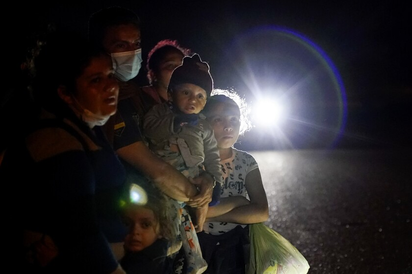 ARCHIVO - En esta fotografía del 17 de mayo de 2021 se muestra un grupo de migrantes