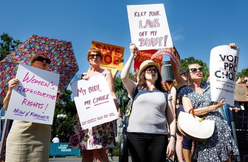 Personas participan en una manifestación en apoyo a los derechos reproductivos de las mujeres, el martes 10 de julio de 2018, en Nueva York. EFE/Archivo