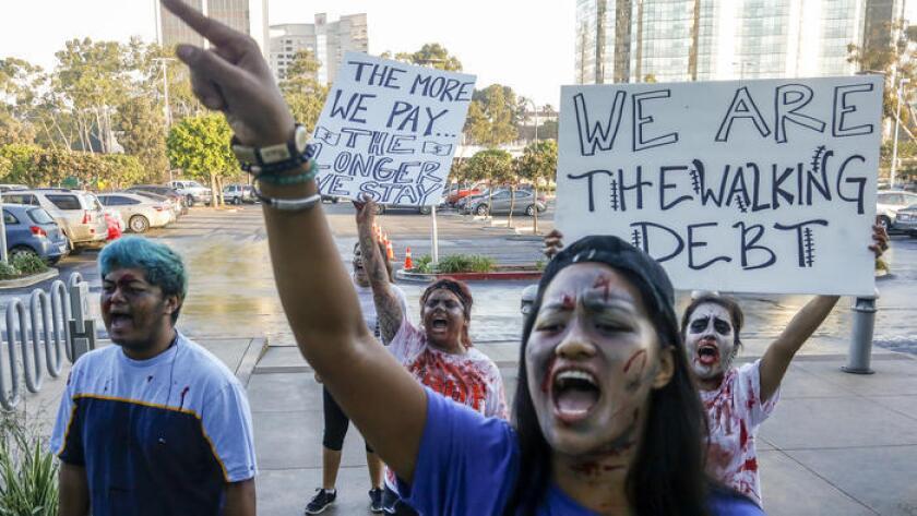 La estudiante Ginny Dolores, de Cal State Fullerton, junto con varias decenas de alumnos, protestaron en noviembre pasado por el posible aumento de la matrícula durante la reunión del consejo directivo.
