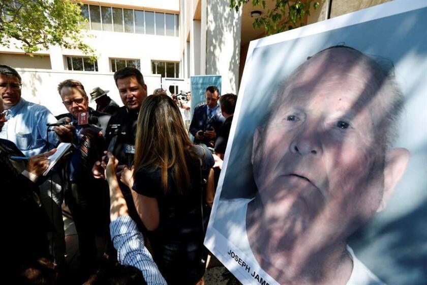 El sheriff del condado de Sacramento Scott Jones (c) responde a las preguntas de los reporteros el pasado miércoles tras una conferencia de prensa en el laboratorio del Crimen de la Fiscalía del Distrito, en Sacramento (EE.UU.). Durante la conferencia de prensa se anunció que se había realizado un arresto en la búsqueda de décadas del asesino de Golden State y presunto asesino en serie y violador en los años setenta y ochenta. EFE