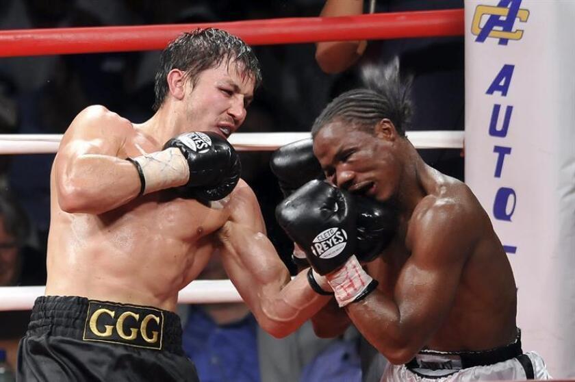 El boxeador Gennady Golovkin (i), de Kazajistán, campeón mediano de la AMB, combate ante al ugandés Kassim Ouma (d). EFE/Archivo
