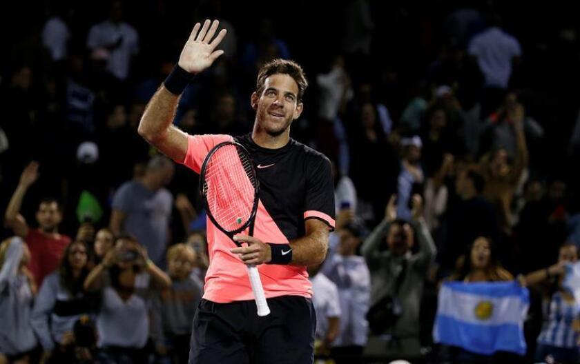 Juan Martin del Potro de Argentina saluda a los asistentes luego de su victoria ante Milos Raonic de Canadá hoy, miércoles 28 de marzo de 2018, durante un partido de los cuartos de final del Abierto de Tenis de Miami, en Key Biscayne, Florida (EE.UU.). EFE