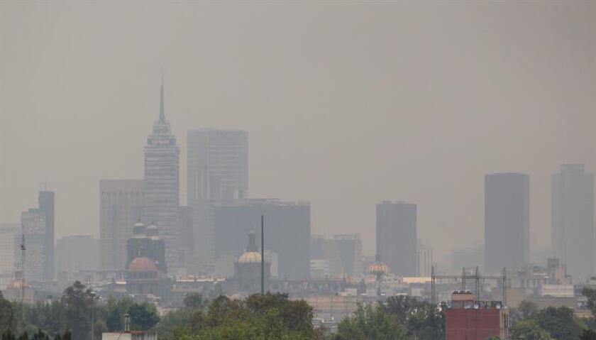 Vista general que muestra a la Ciudad de México con niveles de contaminantes en la atmósefera visibles. EFE/Archivo
