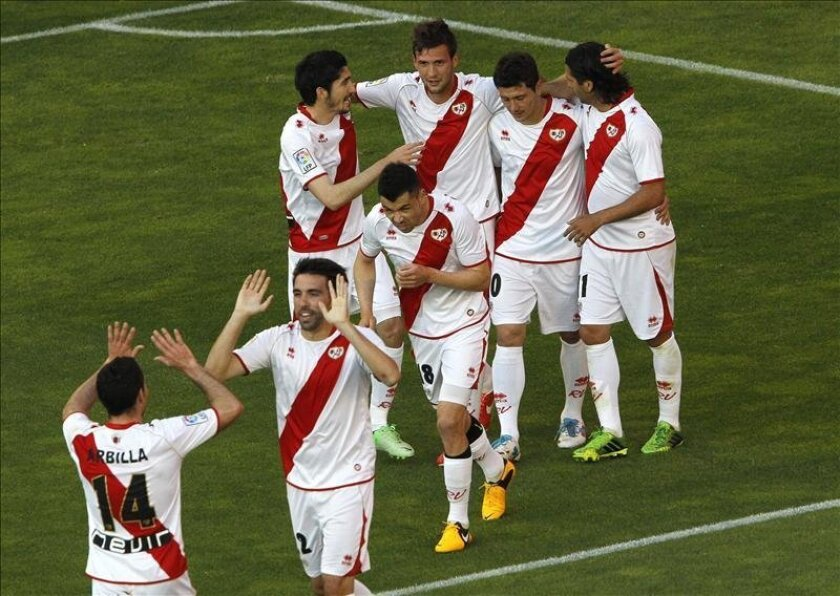 El centrocampista del Rayo Vallecano Franco Vázquez (c) celebra con sus compañeros el gol marcado ante el Athletic de Bilbao, el primero del equipo, durante el partido de Liga disputado en el estadio de Vallecas, en Madrid. EFE