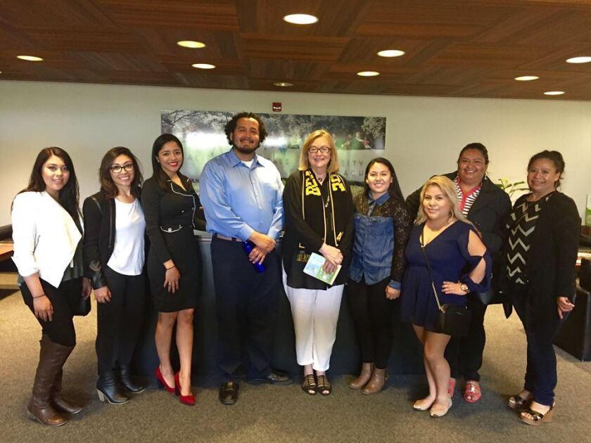 Jane Conoley (c), presidenta de la universidad de Cal State Long Beach se reúne con algunos de los estudaintes que viajarán este verano a México.