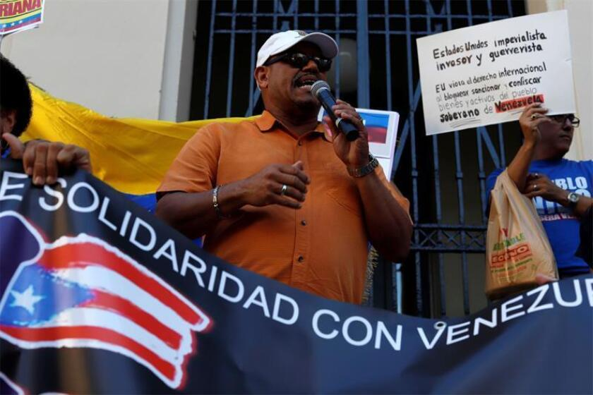 El líder sindicalista Luis Pedraza Leduc, habla durante una manifestación a favor del Gobierno de Maduro este jueves, frente al Tribunal Federal del Viejo San Juan (Puerto Rico). Numerosas personas se manifestaron este jueves frente al Tribunal Federal del Viejo San Juan en apoyo al Gobierno de Venezuela y para expresar su rechazo a la posibilidad de una intervención militar de EE.UU. el país suramericano. EFE