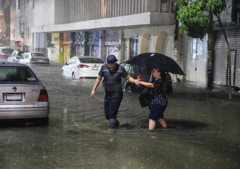 El huracán Rosa continúa en la categoría 1 de la escala Saffir-Simpson y su traslado por aguas del pacífico mexicano favorecen lluvias intensas en varios estados del occidente, informó hoy el Servicio Meteorológico Nacional (SMN) de México). EFE