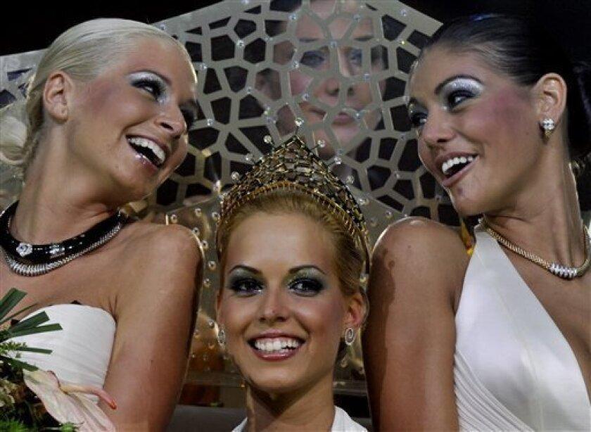 Reka Urban, reina del concurso Miss Cirug�Pl�ica 2009 de Hungr� es flanqueada por la primera princesa, Edina Kulcsar, y la segunda princesa, Alexandra Horvath, el viernes 9 de octubre del 2009 en Budapest. (Foto AP/Bela Szandelszky)