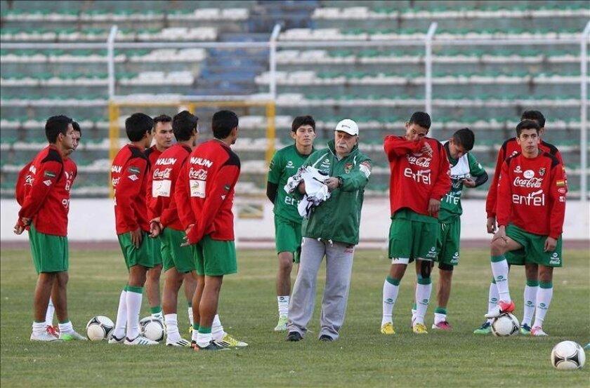 El técnico de la selección boliviana, el español Xavier Azkargorta (c), habla con sus jugadores durante el entrenamiento del equipo en el estadio Hernando Siles en La Paz (Bolivia). EFE