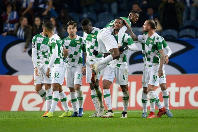 Jugadores del Moreirense celebran después de anotar un gol hoy, durante un partido entre el Oporto y el Moreirense por la Copa Portuguesa, en el estadio Dragao de Oporto (Portugal). EFE