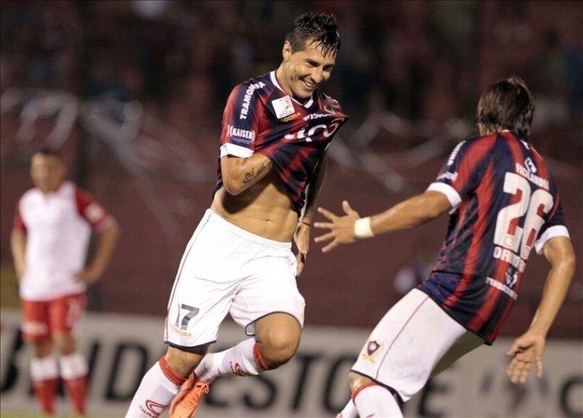 En la imagen, el jugador del Cerro Porteño de Paraguay Jonathan Fabro (i) celebra con su compañero Oscar Romero (d). EFE/Archivo