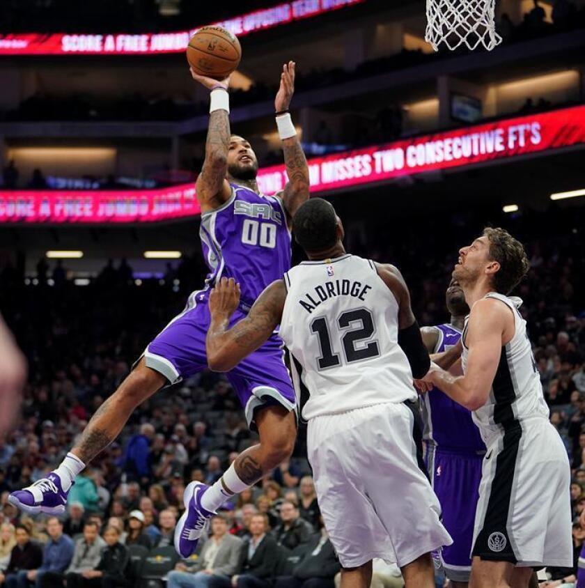 El jugador Willie Cauley-Stein (i) de Kings disputa el balón con LaMarcus Aldridge (c) y Pau Gasol (d) de Spurs, durante su juego de la NBA el pasado 8 de enero. EFE/Archivo