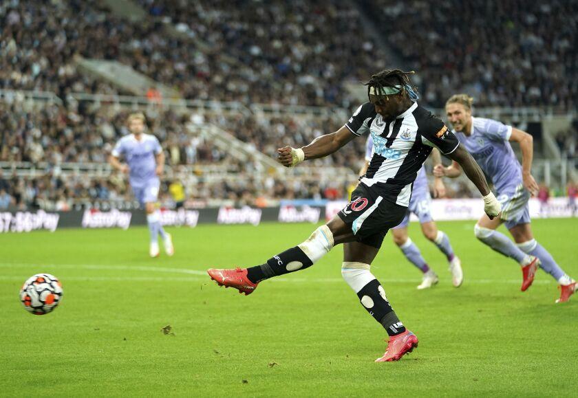 Allan Saint-Maximin, de Newcastle, dispara a portería en el juego contra el Leeds correspondiente a la Liga Premier de Inglaterra, en St James' Park, Newcastle, Inglaterra, el viernes 17 de septiembre de 2021. (Owen Humphreys/PA vía AP)