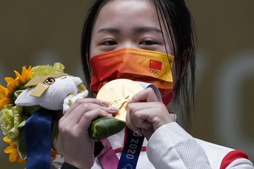 La china Yang Qian reacciona tras ganar la medalla de oro