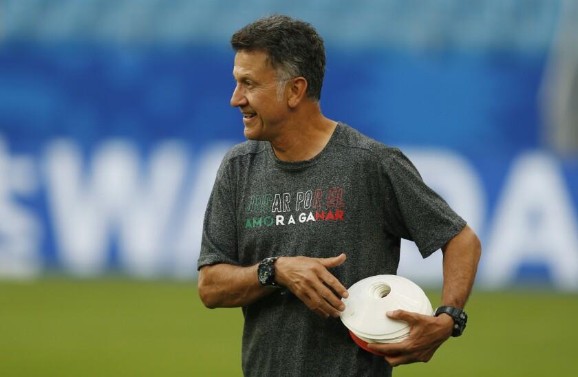 El técnico de México Juan Carlos Osorio durante un entrenamiento previo al partido de octavos de final del Mundial 2018 ante Brasil, el domingo 1 de julio de 2018 en Samara, Rusia.