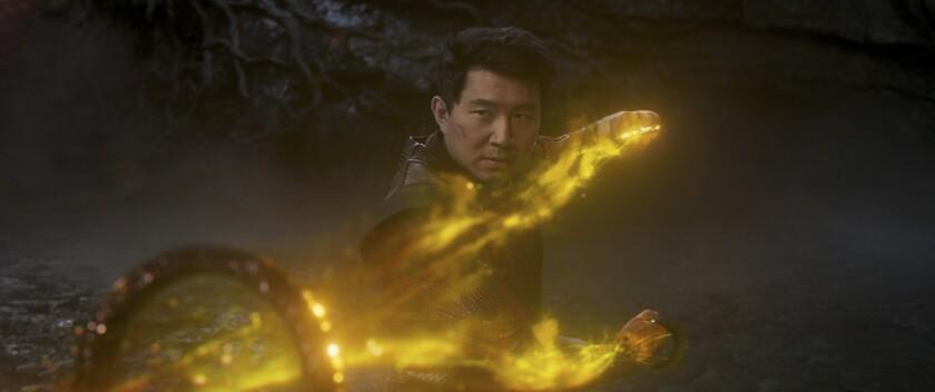 Shang-Chi (Simu Liu) de Marvel Studios se lleva la taquilla en el fin de semana largo.