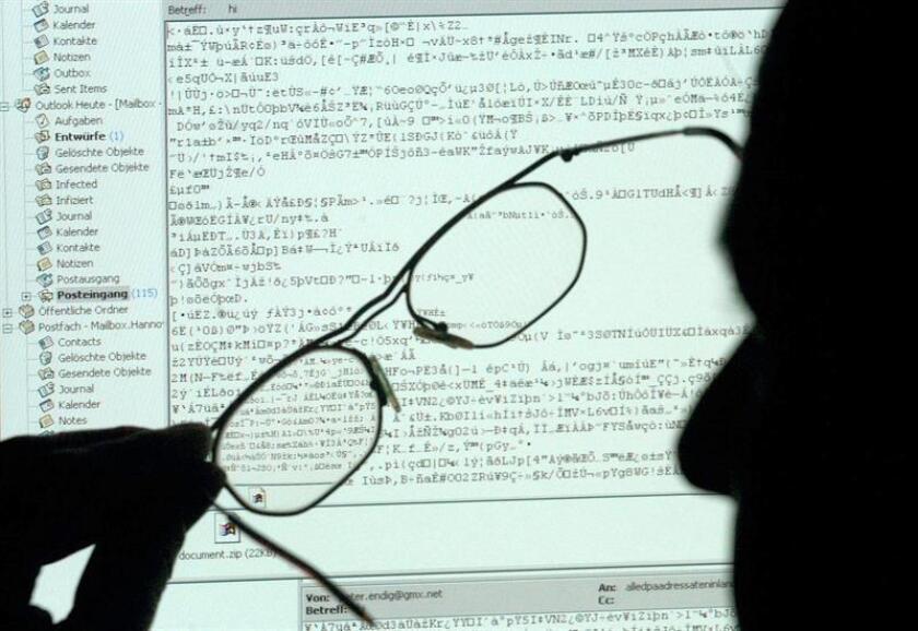 Mientras el ritmo y la magnitud de los ataques aumentan en todo el mundo, la encuesta mostró que en numerosos países sus habitantes creen que los datos gestionados por el Gobierno, la infraestructura informática y los resultados de futuras elecciones serán el blanco de próximos ataques informáticos. EFE/Archivo