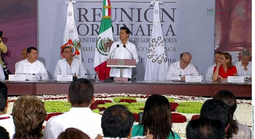 """El presidente de México, Enrique Peña Nieto, declaró hoy que su Gobierno privilegiará el diálogo con una visión pragmática en la nueva etapa de la relación entre México y Estados Unidos tras la elección de Donald Trump como presidente del país vecino. """"El Gobierno mexicano habrá de privilegiar el diálogo, como ruta, para construir una nueva agenda de trabajo en la relación bilateral"""", dijo Peña Nieto en la quincuagésima primera reunión ordinaria de la Conferencia Nacional de Gobernadores (Conago), que se efectuó en Huatulco, estado sureño de Oaxaca."""