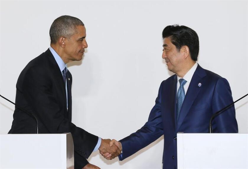 El presidente estadounidense Barack Obama (i) saluda al primer ministro japonés Shinzo Abe (d) al final de una conferencia de prensa conjunta EFE/ POOL/Archivo
