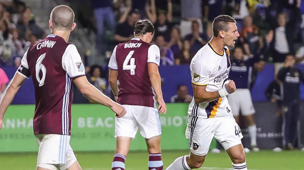 El Galaxy sumó su tercer empate consecutivo gracias a un tanto de Daniel Steres (d) a los 62 minutos ante Colorado.