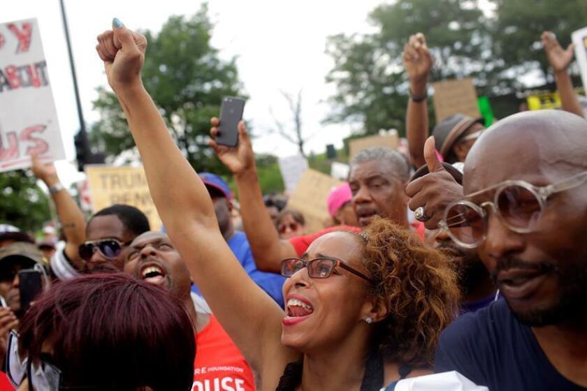 Activistas y manifestantes protestan hoy, jueves 2 de agosto de 2018, en el exterior de Wrigley Field, en un esfuerzo por llamar a las autoridades locales para controlar el nivel de violencia en Chicago, Illinois (EE.UU.). EFE