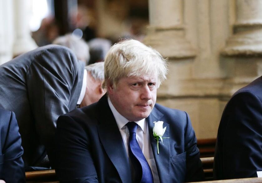 El exalcalde de Londres, Boris Johnson, asiste a un oficio en la iglesia de Santa Margarita, Londres, 20 de junio de 2016. Johnson, el principal promotor de la salida británica de la Unión Europea, expresó su disgusto el martes 21 de 2016 con un cartel en el que aparece una columna de migrantes que intenta entrar a la Unión Europea, una posición reveladora de las diferencias crecientes al interior de la campaña a favor de que Gran Bretaña abandone el bloque de 28 naciones. (Yui Mok/Pool via AP)