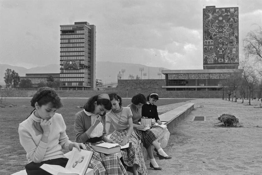 Fotografía cedida este viernes, por el archivo de la Universidad Nacional Autónoma de México (UNAM), que muestra a estudiantes universitarios en la explanada de rectoría después de su inauguración en Ciudad de México (México). La Universidad Nacional Autónoma de México (UNAM) celebró este viernes el 65 aniversario de la apertura del campus central de la Ciudad Universitaria, que fue inaugurada el 22 de marzo de 1954 con cursos para 6.933 estudiantes. EFE/SOLO USO EDITORIAL