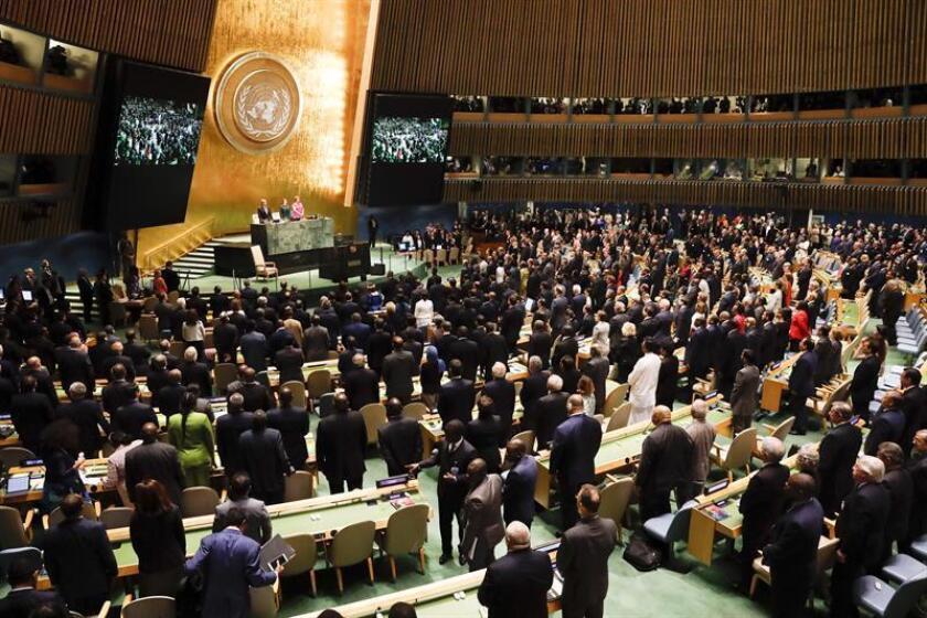 Jefes de Estado y de Gobierno guardan un minuto de silencio en recuerdo del fallecido jefe de la ONU Kofi Annan durante la apertura de los debates de la Asamblea General de Naciones Unidas, en la sede de la ONU en Nueva York, Estados Unidos, hoy, 25 de septiembre de 2018. EFE