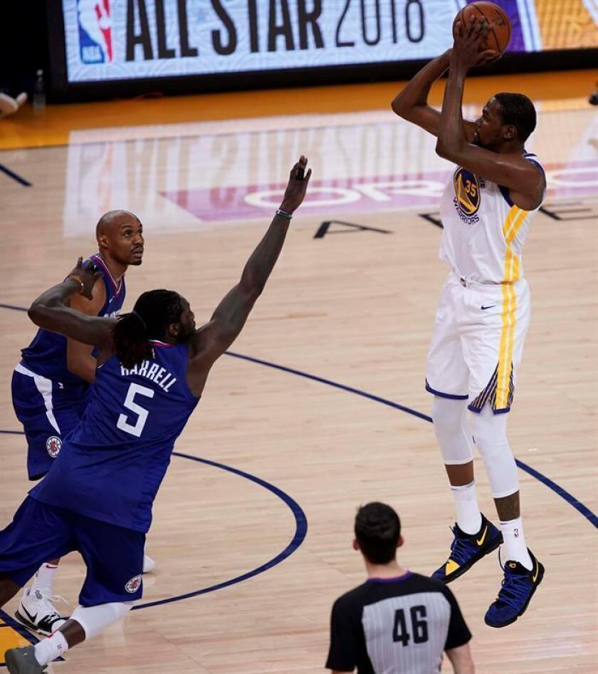 El jugador de Golden State Warriors Kevin Durant (d) anota ante los LA Clippers. EFE/Archivo