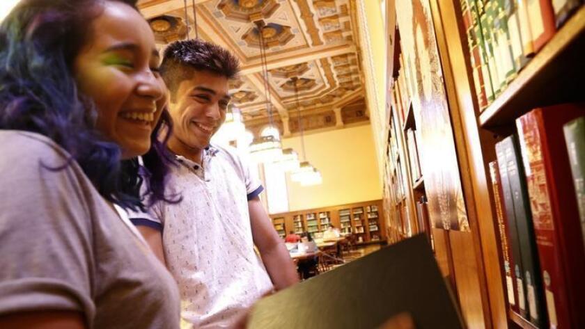 Por Genaro Molina/Los Angeles Times Victoria Pérez, a la izq. e Isaac Lemus exploran la biblioteca Doheny Memorial en USC. Ambos son alumnos de primer año y los primeros en sus familias en asistir a una Universidad.
