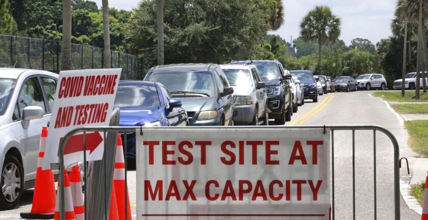 Un centro de pruebas de COVID-19 desde el auto en Barnett Park luce a su máxima capacidad, en Orlando, Florida, el jueves 29 de julio de 2021. (Joe Burbank/Orlando Sentinel vía AP)