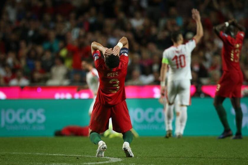 Pepe de Portugal reacciona en el juego ante Serbia durante un partido del grupo B por la clasificación de la Eurocopa 2020 entre Portugal y Serbia este lunes, en el estadio Luz de Lisboa (Portugal). EFE