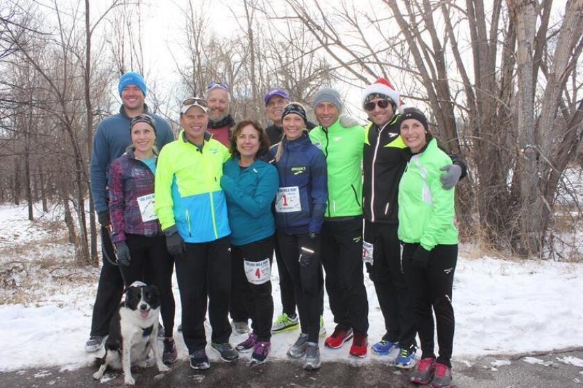 Fotografía de archivo personal que muestra al maestro retirado Kevin Follet y a sus acompañantes tras completar la meta de correr 160.000 kilómetros, el 23 de diciembre de 2017, en un campo de Fort Collins, al norte de Colorado (EE.UU.). EFE/Archivo personal/SOLO USO EDITORIAL/NO VENTAS