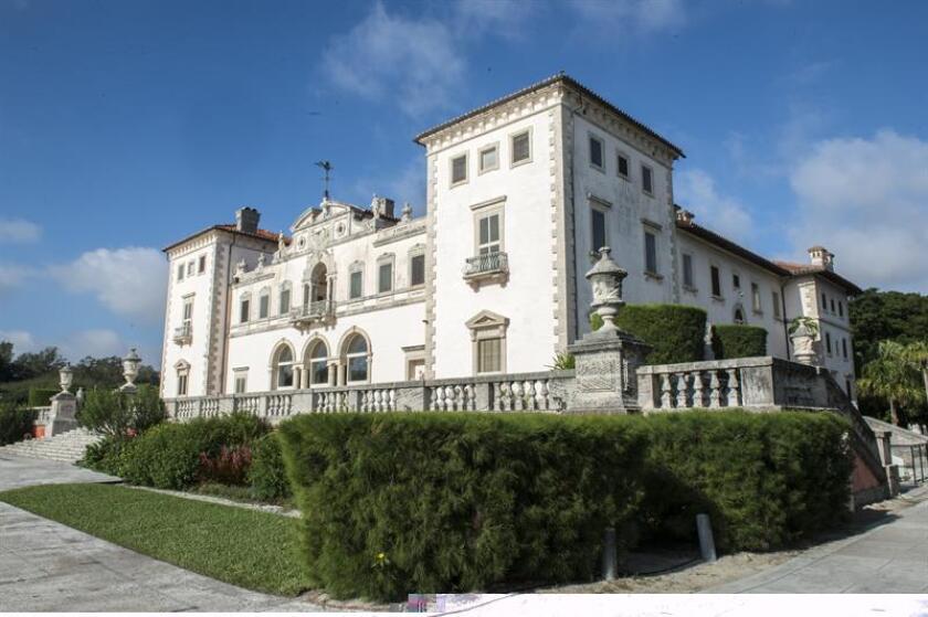 Vizcaya, la residencia de invierno del millonario James Deering, uno de los primeros en elegir Miami para escapar del frío, cumple 100 años mirando a la bahía del mismo nombre con aire veneciano y tesoros traídos de todo el mundo. EFE