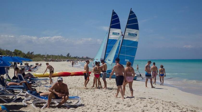 Personas descansan el 9 de marzo de 2019, en Varadero, playa declarada por Tripavisor como la segunda mejor del mundo, en Matanzas (Cuba). EFE
