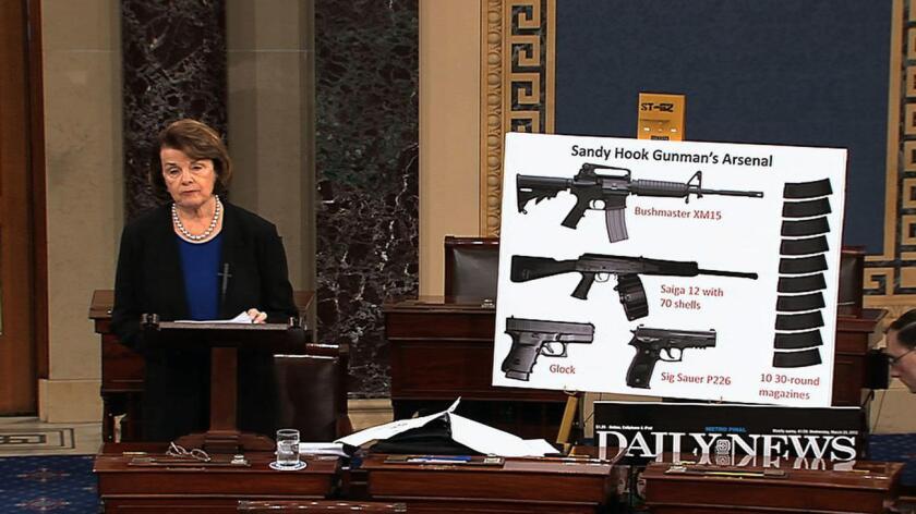 Senadora Dianne Feinstein de California habla en el Senado sobre la importancia de aprobar una legislación sobre el control de armas.