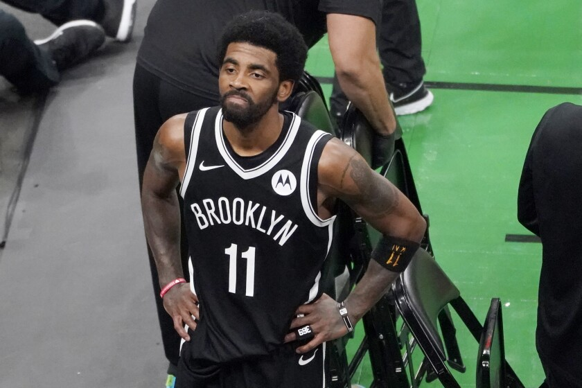 ARCHIVO - En esta imagen de archivo, el jugador de los Nets de Brooklyn Kyrie Irving mira a los aficionado en el TD Garden tras derrotar a los Celtics de Boston en el cuarto juego de su serie de primera ronda de playoffs, en Boston, el domingo 30 de mayo de 2021. (AP Foto/Elise Amendola, Archivo)