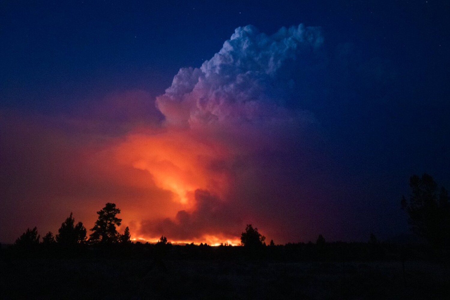 The largest wildfire in the U.S. advances toward Oregon mountain towns