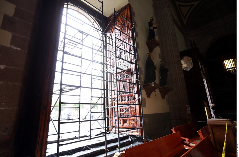 A días que el Cardenal Carlos Aguiar tome posición como Arzobispo Primado de México, trabajadores barnizan las puertas principales del templo y limpian el recinto religioso.