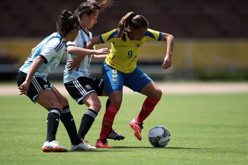 En la imagen un registro de Giannina Lattanzio (d), al actuar para la selección ecuatoriana de fútbol, durante un partido de la Copa America Femenina de 2014, en el estadio Olímpico Atahualpa de Quito (Ecuador). EFE/Archivo