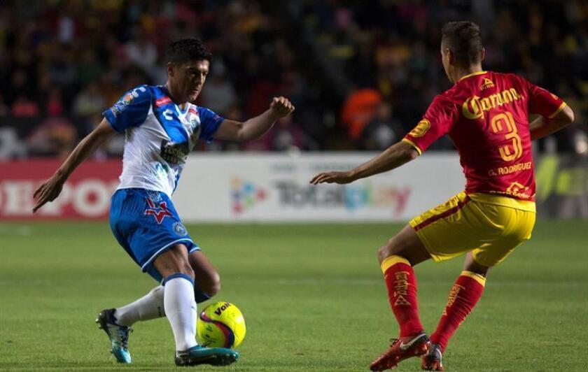 El jugador Gerardo Rodríguez (d) de Morelia disputa el balón con Luis Venegas (i) de Puebla durante el juego correspondiente a la jornada 2 del torneo mexicano de fútbol celebrado en el estadio Morelos, en Morelia (México). EFE