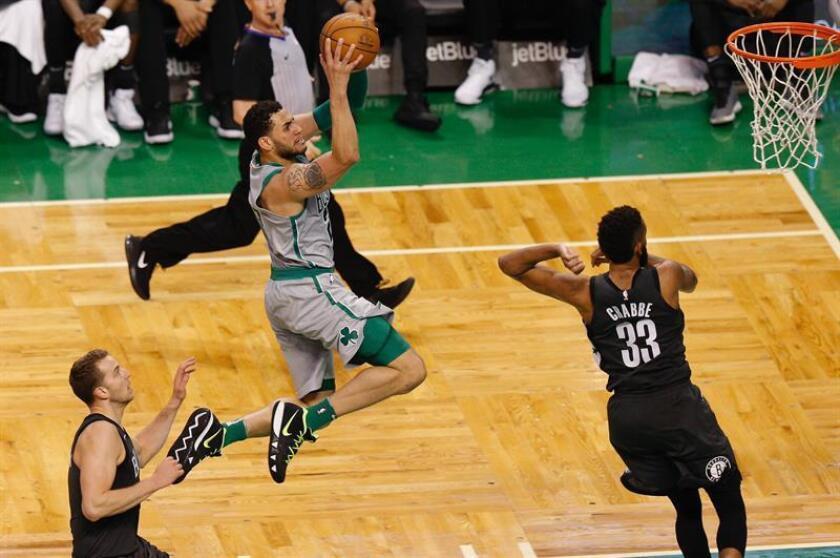 Abdel Nader (c) de Celtics lanza ante Nik Stauskas (i) y Allen Crabbe (d) de Nets hoy, 11 de abril de 2018, durante su juego de la NBA en TD Garden en Boston, Massachusetts (EE.UU.). EFE