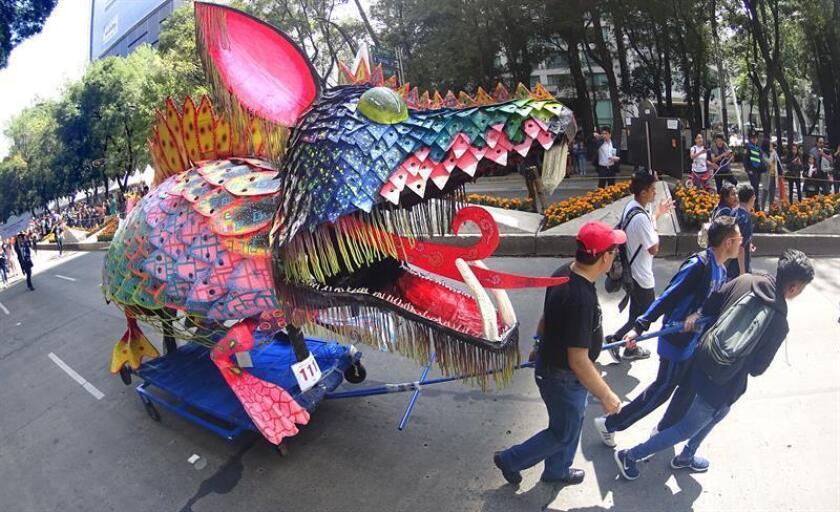 Vista general hoy, sábado 20 octubre de 2018, del desfile de alebrijes que se celebra en avenida Paseo de la Reforma, en Ciudad de México (México). Un centenar de figuras de animales fantásticos, conocidos como alebrijes, desfiló hoy ante la algarabía de decenas de miles de personas que colmaron el recorrido por las calles del centro de la Ciudad de México. EFE