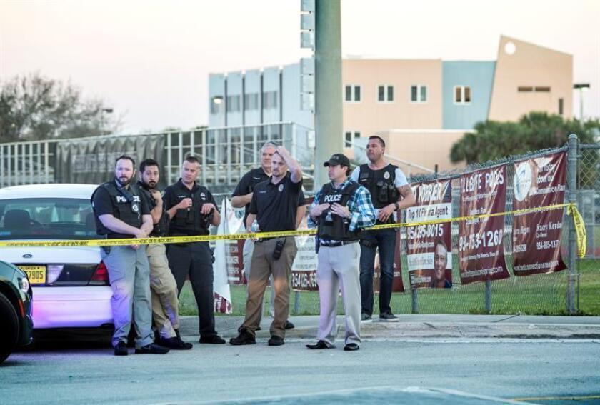 Agentes de policía hacen guardia tras el tiroteo registrado en la escuela secundaria Marjory Stoneman Douglas de la ciudad de Parkland, en el sureste de Florida (Estados Unidos). EFE/Archivo