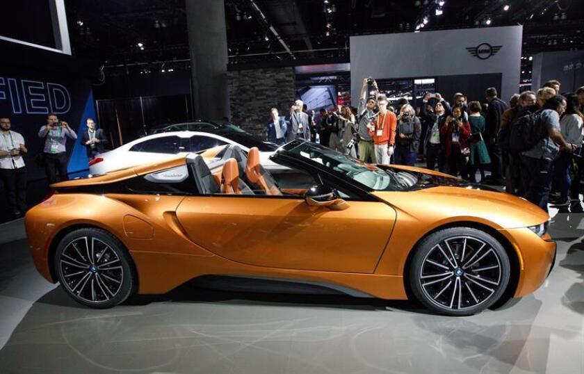 Presentación del nuevo BMW i8 plug-in híbrido roadster durante el Salón del Automóvil de Los Ángeles (EE.UU.). EFE/Archivo