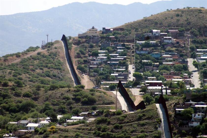 La Patrulla Fronteriza informó hoy que han iniciado las obras para reemplazar un segmento de 7,5 millas de extensión del cerco fronterizo. EFE/Archivo